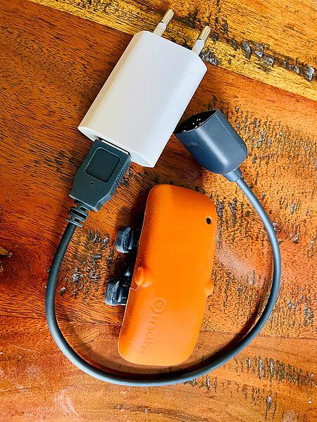 Mit einem USB Stecker wird das GPS Gerät wieder aufgeladen.